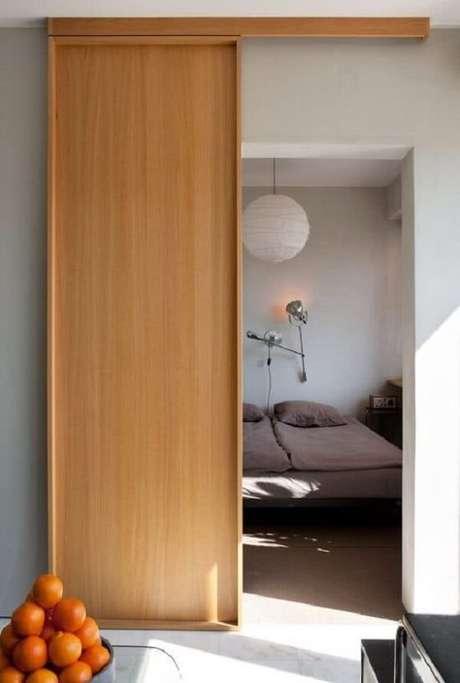 44. Porta de correr de madeira para quarto com design sofisticado. Fonte: Pinterest