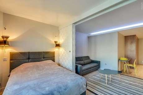 12. A porta de correr branca para quarto quando fechada separa os ambientes da sala e dormitório. Fonte: Revista Viva Decora 2