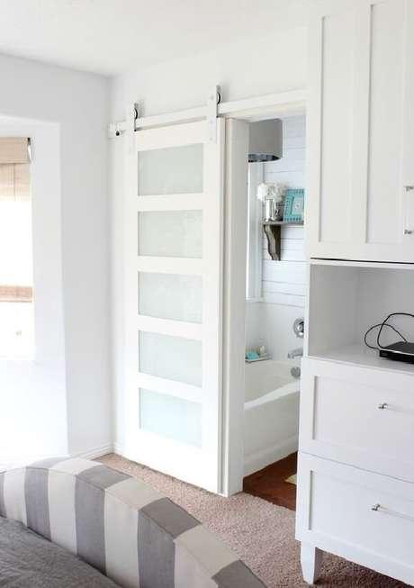 6. A porta de correr branca para quarto é discreta e se encaixa perfeitamente nesse dormitório pequeno. Fonte: Revista Viva Decora 2