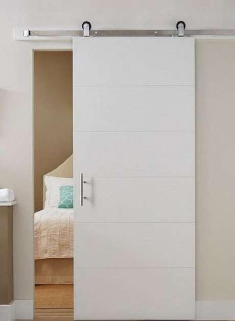 10. A porta de correr branca para quarto é discreta e decora com elegância o espaço. Fonte: Revista Viva Decora 2