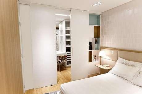 36. Modelo de porta de correr para quarto pequeno esconde a área de penteadeira e closet. Fonte: Cristina Reinert
