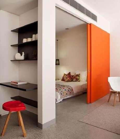 42. Para um ambiente descontraído procure incluir uma porta de correr para quarto colorida. Fonte: Revista Viva Decora 2