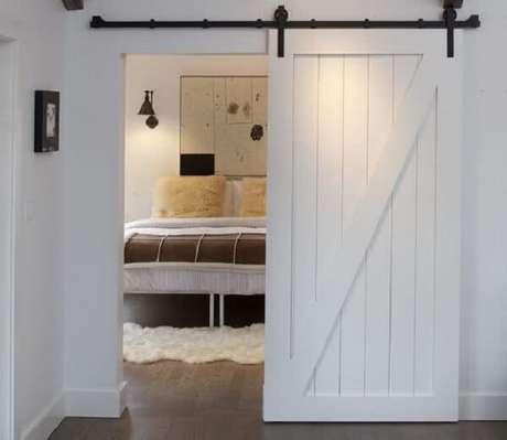 16. A porta de correr de madeira para quarto se adequa a diferentes propostas decorativas. Fonte: Pinterest
