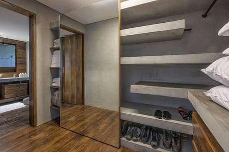 13. A porta de correr com espelho para quarto esconde parcialmente as roupas do closet planejado. Fonte: Gislene Lopes