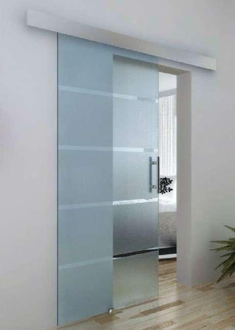 22. A porta de vidro de correr para quarto acaba não preservando tanto a privacidade dentro do cômodo. Fonte: Pinterest
