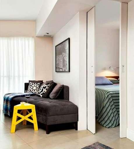 49. Quando fechada a porta de correr para quarto separa dois ambientes. Fonte: Pinterest
