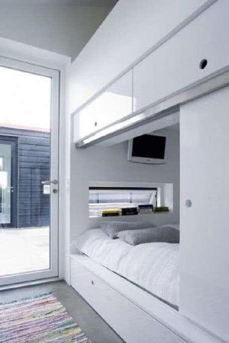 50. Que tal trazer ainda mais privacidade ao seu cantinho incluindo essa porta de correr para quarto? Fonte: Pinterest
