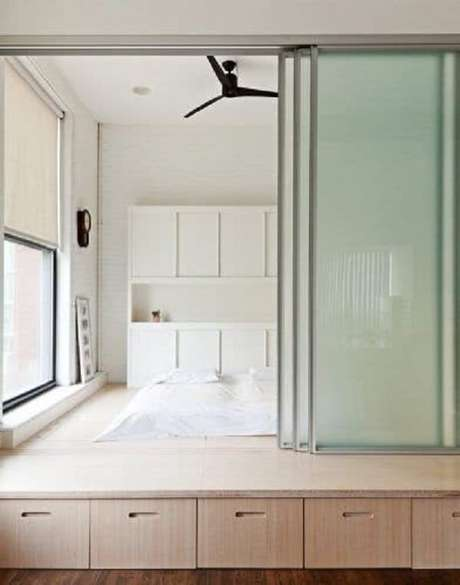 24. A porta de vidro de correr para quarto traz privacidade e otimiza o espaço. Fonte: Pinterest