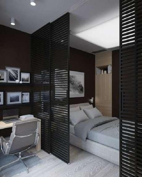 25. A porta para quarto de correr preta com estrutura vazada separa a cama da escrivaninha. Fonte: Revista Viva Decora 2