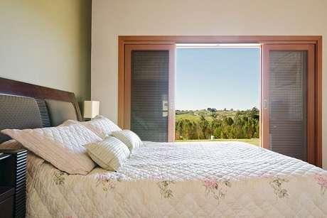 15. A porta de correr de madeira para quarto é muito usada em vários projetos. Fonte: NOMA Estudio
