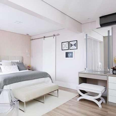 46. Porta de correr para quarto pequeno com decoração clean e piso de madeira. Fonte: Camila Polisel