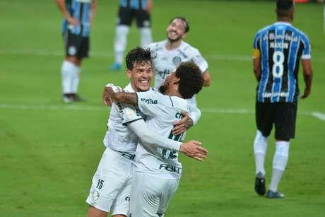 Com um homem a menos, Palmeiras segura o Grêmio e leva vantagem para o jogo de volta da final
