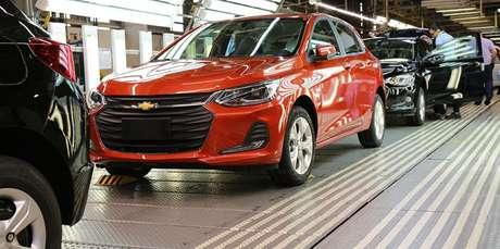 Linha produção do Chevrolet Onix na fábrica da GM em Gravataí (RS): parada por falta de componentes.