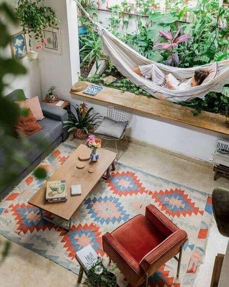 53. A cadeira Bertoia cromada fica linda em qualquer cantinho da casa. Fonte: Histórias de Casa