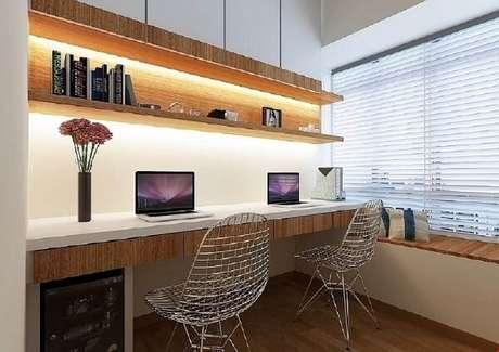 44. As cadeiras cromadas são discretas e se conectam a diferentes propostas de decoração. Fonte: Dnevnik