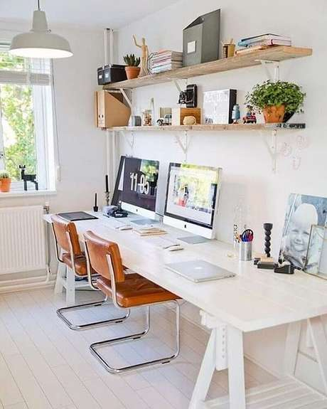 15. Modelo de cadeira pé cromado com estofado marrom decora o escritório. Fonte: Home Bestiest