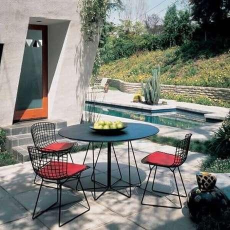47. A cadeira cromada preta bertoia pode ser usada em área externa. Fonte: Gerosa Design