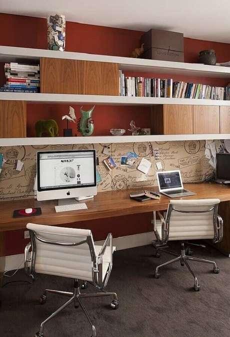 50. A cadeira cromada escritório giratória é prática e funcional. Fonte: Home and Interiors