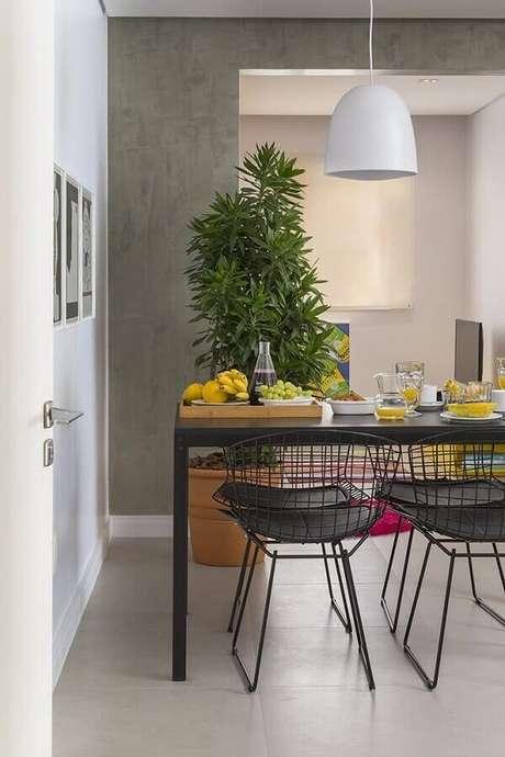 31. Cadeiras cromadas para cozinha em tom preto são ótimas para compor um ambiente com decoração industrial. Fonte: AH! SIM