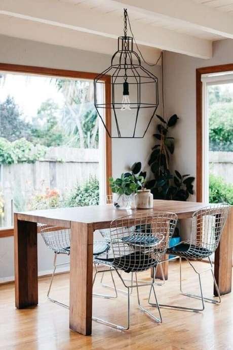 2. Sala de jantar descontraída com cadeiras cromadas. Fonte: Pinterest
