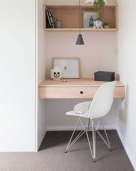 8. Home office pequeno decorado com cadeira pé cromado. Fonte: Apsip