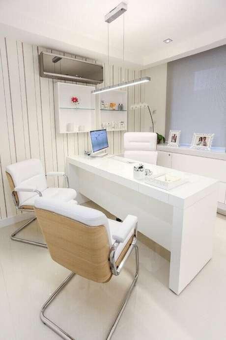 9. Para consultórios é bem comum usar modelos de cadeira cromada. Fonte: Ideias Decor