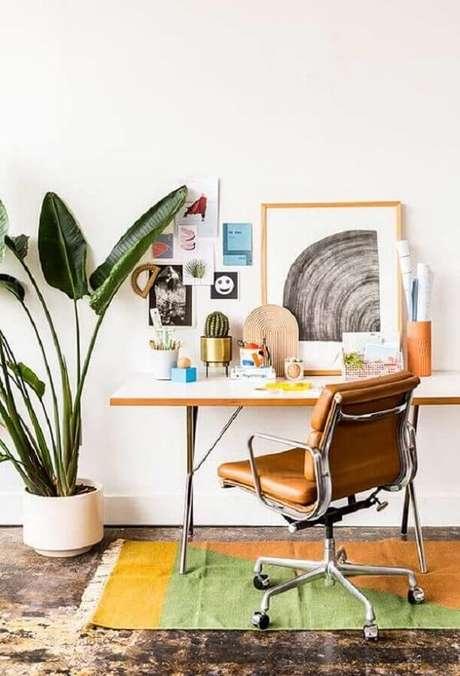 25. Invista em uma cadeira cromada giratória para o home office. Fonte: Pinterest