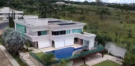 Reprodução de vídeo da imobiliária mostra a mansão de cerca de R$ 6 milhões comprada pelo senador Flávio Bolsonaroem Brasília.