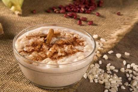 1. A canjica é uma sobremesa típica das festas juninas no país.