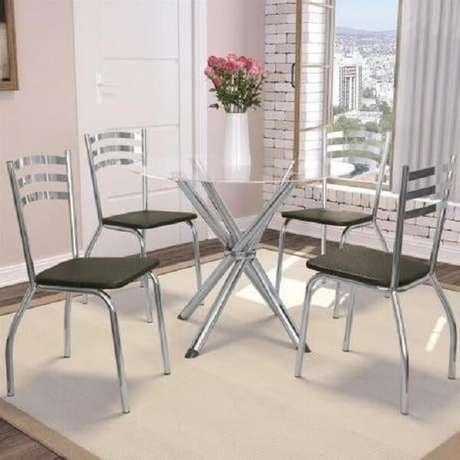 12. O tapete embaixo da mesa cromada 4 cadeiras delimita a área da sala de jantar. Fonte: Pinterest