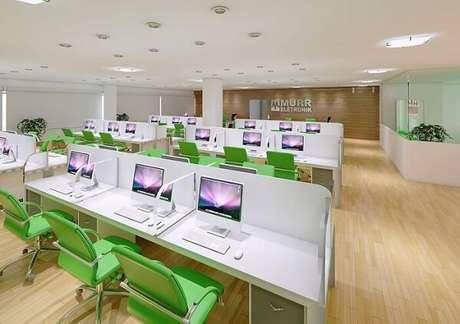 40. Cadeira cromada escritório com estofado verde trazem descontração para o escritório. Fonte: Pinterest