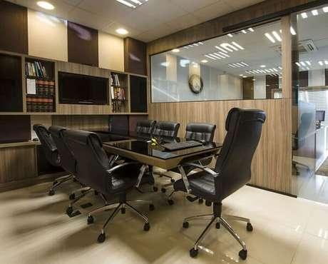 36. Cadeira giratória com base cromada decora a sala de reunião. Fonte: Pinterest