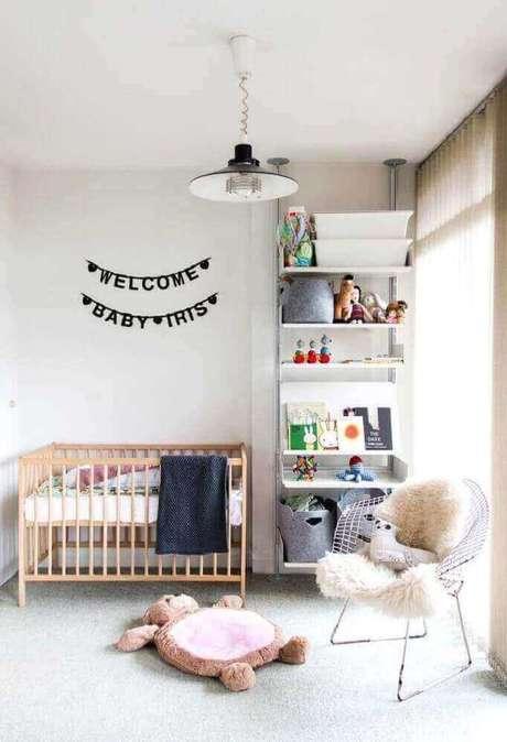 27. Decore o quarto do bebê com uma cadeira cromada moderna. Fonte: Home Decoo