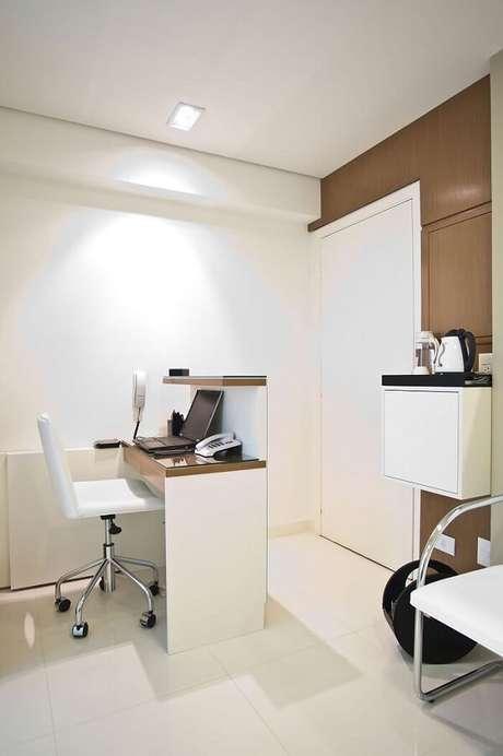 16. Modelo de cadeira pé cromado com estofamento branco para decoração clean. Fonte: Pinterest