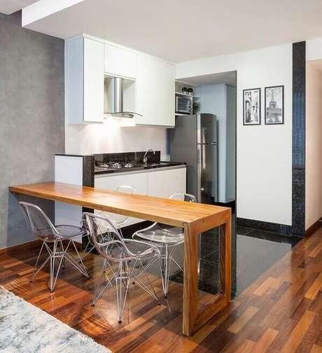 32. Cadeiras cromadas para cozinha com estrutura transparente. Fonte: Laura Santos