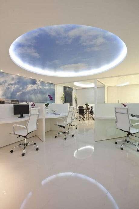 42. Cadeira cromada escritório com estofado branco se conecta com a decoração clean do espaço. Fonte: Iara Kilaris