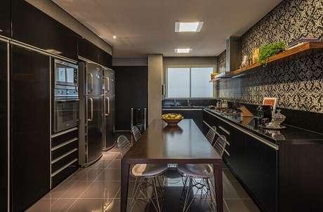 11. As cadeiras cromadas para cozinha combinam com uma decoração preta. Fonte: Andréa Buratto