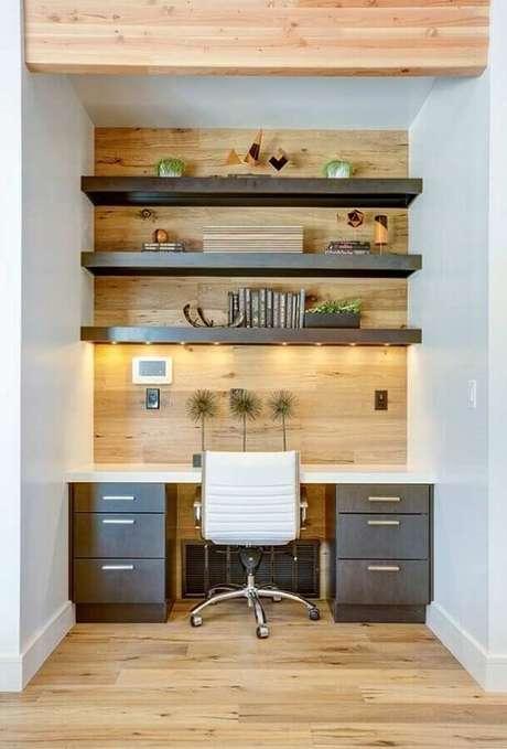 43. A cadeira giratória com base cromada garante mais funcionalidade no ambiente. Fonte: Art My DDesign