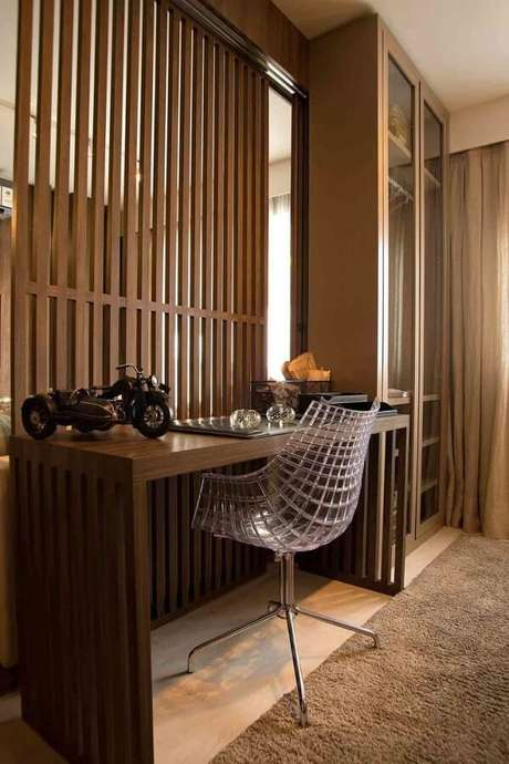 41. A cadeira pé cromado com assento trançado transparente se harmonia com a decoração do ambiente. Fonte: Carlos Rossi