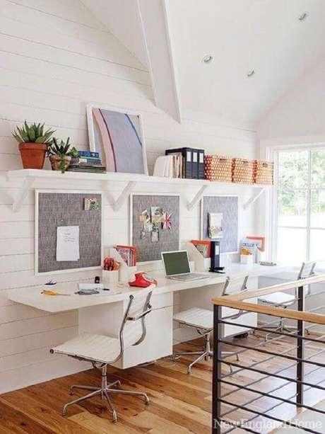 26. Decore o seu home office com cadeira giratória com base cromada. Fonte: Decorpad