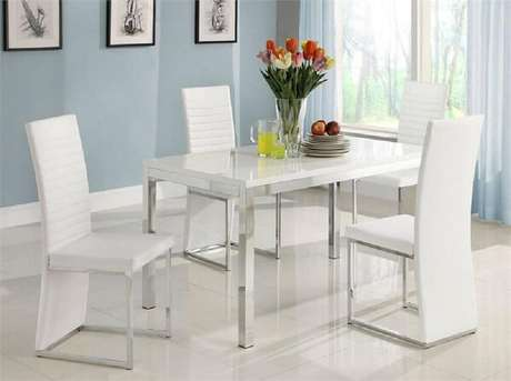 55. Mesa cromada 4 cadeiras com acabamento em branco. Fonte: RomDecor