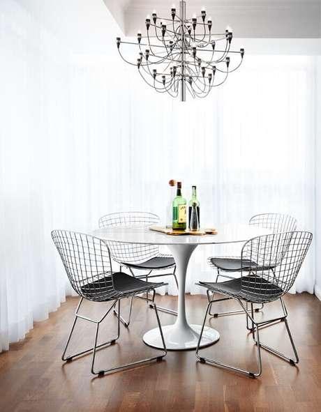 54. As cadeiras de cozinha cromada são funcionais e atemporais. Fonte: Pinterest
