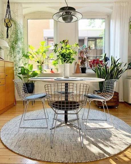 52. A cadeira bertoia é um dos modelos de cadeiras de cozinha cromada que ficam perfeitas na sala de jantar. Fonte: Andree