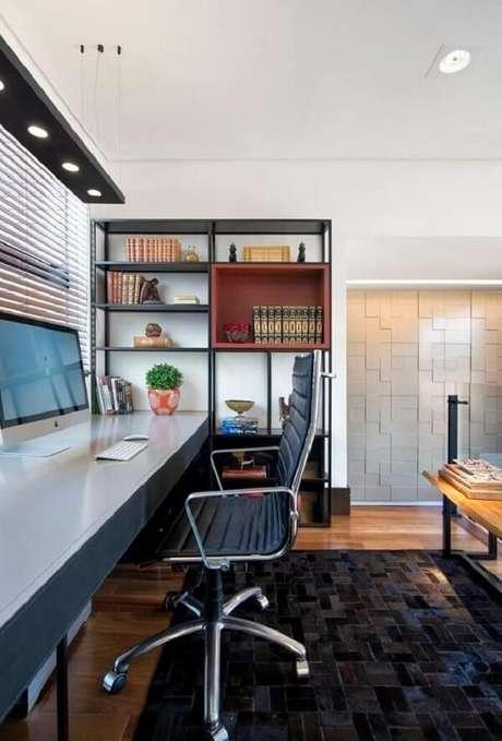 19. Modelo de cadeira cromada escritório confortável. Fonte: Elmor Arquitetura