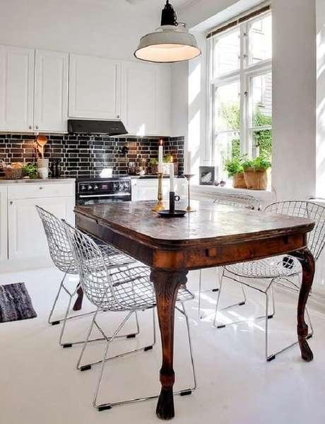 1. Mistura fina entre mesa de jantar de madeira e cadeira cromada. Fonte: Decoradornet