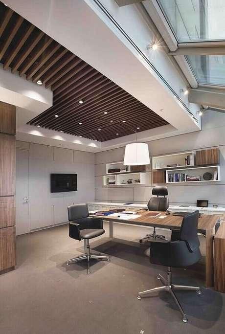 33. Cadeira pé cromado com estofado cinza complementa a decoração do escritório. Fonte: Webcomunica