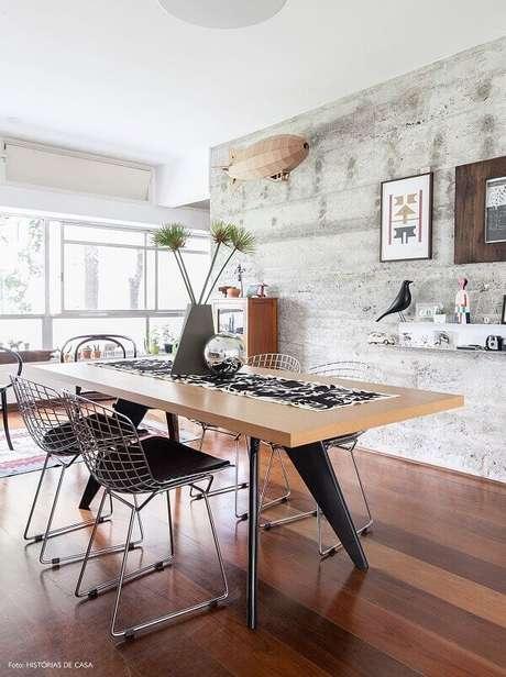 10. Mesa com cadeira cromada e assentos em tom preto. Fonte: Histórias de Casa