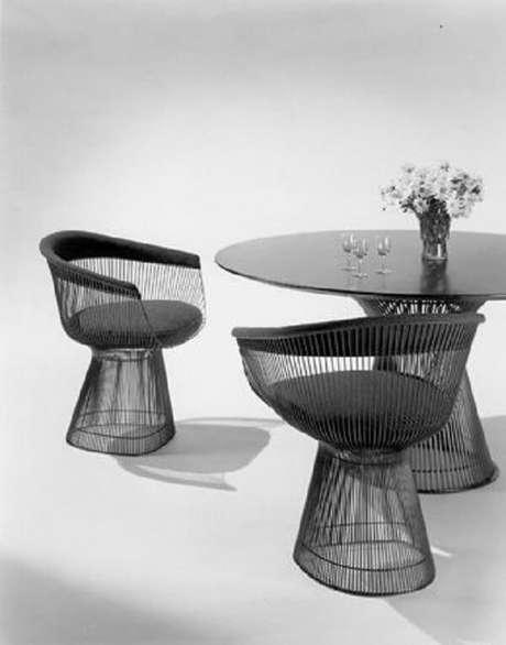 45. A cadeira cromada preta Platner traz ainda mais elegância ao cômodo. Fonte: Pinterest
