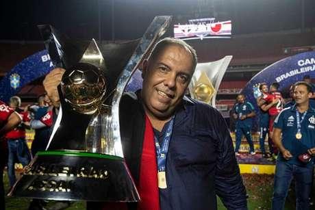 Braz posa com a taça do Brasileirão (Foto: Alexandre Vidal/Flamengo)