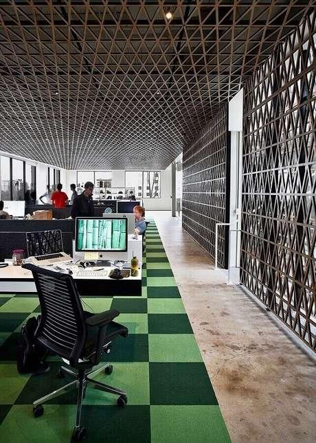30. Decoração com tapete quadriculado e cadeira cromada para escritório com estofado preto. Fonte: Futurist Architecture